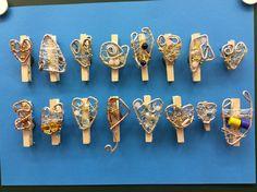 """""""Jääkaappimagneetti äidille"""" (4.lk) Magneetti, pyykkipoika muistilappuja varten ja metallilankakoriste helmillä. Kiinnitys kuumaliimalla. (Alakoulun aarreaitta FB -sivustosta / Outi Ollila-Ranua) Wire Crafts, Mother And Father, Art For Kids, Upcycle, Arts And Crafts, Sculpture, Techno, Gifts, Diy"""