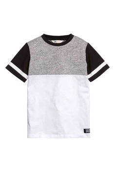 Block-coloured T-shirt in cotton jersey. Baby Boy Outfits, Kids Outfits, Cool Outfits, Boys Shirts, Cool T Shirts, Mens Clothing Styles, Kind Mode, Kids Wear, Kids Fashion