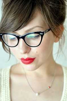 Another classic red lip! 8 Reasons Bold Lipstick Can Make Your Life Better New Glasses, Cat Eye Glasses, Girls With Glasses, Glasses Funny, Hipster Glasses, Looks Style, My Style, Style Blog, Winter Typ