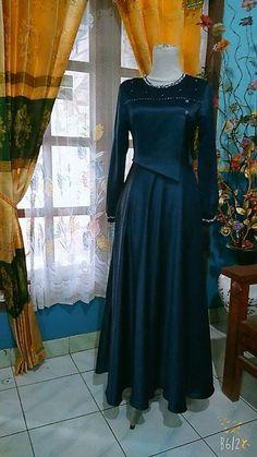 Mama irgi Abaya Fashion, Muslim Fashion, Women's Fashion Dresses, Dress Brokat, Kebaya Dress, Trendy Dresses, Casual Dresses, Mode Batik, Hijab Style Dress