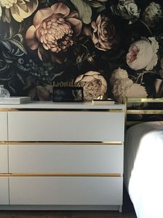 """Great Photo Malm dresser hack, gold detail, Ellie cash man wallpaper - Tips A """"topic"""" runs through the Sites and pages of this system earth: Ikea Hacks. Commode Malm Ikea, Malm Dresser, Dressers, Ikea Hack Malm, Ikea Hacks, Crafts For Teens To Make, Diy And Crafts, Kids Diy, Decor Crafts"""