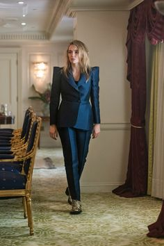 Ahead of tonight's season three premiere, Killing Eve costume designer Sam Perry gives Vogue the exclusive details on Villanelle's brand new look. High End Fashion, Love Fashion, Runway Fashion, Fashion News, Hippie Fashion, Fashion Black, 70s Fashion, Fasion, Paris Fashion