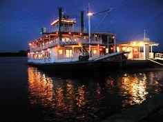 The river boat Mark Twain docked at Hannibal Missouri. - Pixdaus