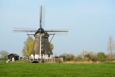 Logement entier à Abcoude, Pays-Bas. Our romantic windmill (1874) is just a few miles from Amsterdam. Easy access to the city. You have the entire windmill for yourself. Three bedrooms, with double beds: it easily sleeps 6, a kitchen, living, 2 toilets and a bathroom with bath. Bike...
