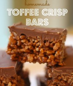 Mmmh who doesn't love a tasty treat? And who doesn't love a HOMEMADE tasty treat? We love cooking with kids and our kids certainly enjoy making treats like this the best: easy Toffee Crisp Bars. Don't these crisp bars simply… Toffee Crisp Chocolate, Homemade Toffee, Homemade Crisps, Homemade Sweets, Homemade Chocolate Bars, Homemade Chocolates, Homemade Bags, Chocolate Party, Homemade Cookies