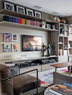 Unique ideas for some great TV wall decor! Transform your home with the help of our inspiring images and see some amazing TV wall design taking place! Living Room Tv, Home And Living, Small Living, Bookshelf Living Room, Modern Living, Muebles Living, Tv Wall Decor, Living Room Designs, Sweet Home