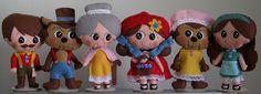 Kit com 6 bonecos: Chapeuzinho Vermelho, Mãe da Chapeuzinho, vovó, caçador, lobo e lobo vestido de vovó, confeccionados em feltro. R$ 270,00
