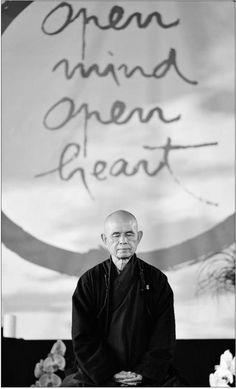 Sorridi, respira e vai piano. Thich Nhat Hanh maestro zen vietnamita poeta e pacifista, è stato proposto nel 1967 Premio Nobel per la pace.