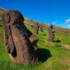 ¿Sabes que son los #Moai? Son enormes #Cabezasdepiedra, pertenecientes a la #EtniaRapanui en la #IsladePascua. Un destino con energía mítica y espitirual. #DestinoSwissAndina