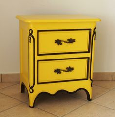 Yellow nightstand in mahogany solid wood. H: 61 cm - W: 54 cm - D: 36 cm.