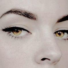 Elide and Sarannah's golden eyes. The eyes passed down to the Lazuli Dynasty. Elide and Sarannah's golden eyes. The eyes passed down to the Lazuli Dynasty. Alice Cullen, Edward Cullen, Dark Fantasy, Led Deckeneinbauleuchten, Hawke Dragon Age, Rosalie Hale, Smokey Eyes, Make Up Anleitung, Golden Eyes