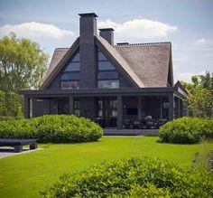 Moderne tuinen met gras en beplanting | house designs | dream homes | dreamy houses | droomhuis | Hoog.design