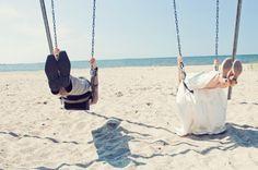 mariés sur une balançoire, en l'air