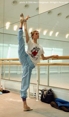 Svetlana Zakharova (Bolshoi Ballet) in class.  Photo by Marc Haegeman (2006) / Светлана Захарова