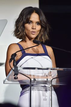Halle Berry Photos - Actress Halle Berry speaks onstage at God's Love We Deliver, Golden Heart Awards on October 2014 in New York City. - Inside the God's Love We Deliver, Golden Heart Awards Halle Berry Bikini, Halle Berry Hot, Celebrity Faces, Celebrity Hairstyles, Cute Hairstyles, Hale Berry, Champagne Gown, Blake Lively, Face Shapes