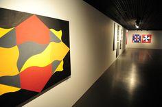 """A exposição """"A arte de Ramon Cáceres"""" está em cartaz no Museu Nacional dos Correios, até o dia 8 de setembro. A mostra traz 32 pinturas do artista paraguaio, que vive no Brasil há mais de 40 anos. As bandeiras, as linhas geométricas sensíveis, as formas, cores e ritmos suaves marcam as obras do pintor....<br /><a class=""""more-link"""" href=""""https://catracalivre.com.br/brasilia/agenda/gratis/pintor-paraguaio-ramon-caceres-expoe-obras-no-museu-dos-correios/"""">Continue lendo »</a>"""