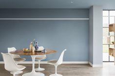Un mur et un plafond bleu gris pour une salle à manger. Le total look bleu gris dans cette salle à manger épurée a le don de rendre cette pièce intemporelle.