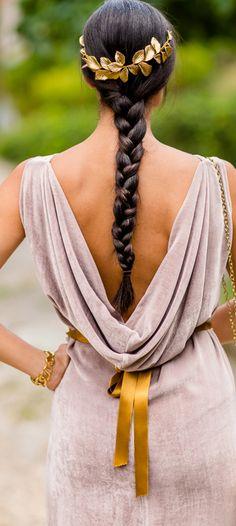 Toda una Diosa griega. Este peinado se puede adaptar tanto a la novia como a una invitada, sólo depende del tocado que se le ponga. Facilísimo de hacer tú misma, sólo hazte una trenza baja al cuello y adórnala con un tocado o una flores naturales.