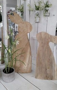 Schöner Hase aus Holz Osterdeko kleines schwedenhaus Türdeko Frühling Holzhase autour du tissu déco enfant paques bébé déco mariage diy et crochet Wood Crafts, Diy And Crafts, Wooden Rabbit, Diy Ostern, Wooden Doors, Spring Crafts, Easter Crafts, Home Decor, Projects