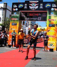 Luis Alberto Hernando, celebrando su victoria en Transvulcania 73k, dentro de la Copa del Mundo Skyrunning 2014.