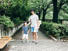 Summer Walks in Tokyo ヨガインストラクターでサーファーの柳本和也のオフタイム。家からほど近い中目黒公園で楽しむ、長男の虎君とのスケート・クルーズは近頃の日課。ネイビー×白のボーダーのGapのトップスは、海が好きな彼らしいアイテム。タウン用として愛用しているアクアブルーのパンツと合わせて、親子お揃いのブルー系の爽やかなコーディネートで決める。子どもと一緒に思いっきりアクティブに遊びたいから、自由な風を感じるような、動きやすいスタイルが一番。 #styldby #DressNormal