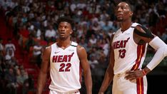 Dove eravamo rimasti? Miami Heat 2019-2020  Record: 41-24 Miglior giocatore per punti: Jimmy Butler (20,2 punti) Miglior giocatore per rimbalzi: Bam Adebayo (10,5 rimbalzi) Miglior giocatore per assist: Jimmy Butler (6,1 assist)  Una prima parte di stagione da vera protagonista per i Miami Heat, contrariamente ad ogni previsione iniziale:  sotto la spinta del nuovo acquisto Butler, delle esplosioni del 22 enne Bam Adebayo e di Kendrick Nunn, oltreché con l'ottima prima annata del rookie Tyler He Miami Heat Basketball, Basketball Players, Nba Quotes, Nba Cheerleaders, Nba Lebron James, Nba Video, The Pacer, Nba Funny, Nba Fashion
