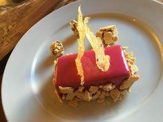 Soffice al cioccolato con glassa di melograno, mandorle croccanti, burro di arachidi e chips di caramello   Food Loft - Il sito web ufficiale di Simone Rugiati