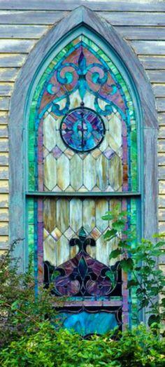 Uma antiga janela de vitral em uma igreja abandonada na ilha de São Michaels, estado de Maryland, USA.
