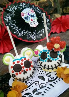 "Enjoy Dia de los Muertos treats at the Disneyland Resort from now until Halloween. Candy apples, cake pops and krispy treats all get a ""deadly"" makeover. Disney Desserts, Disney Food, Disney Candy, Jolly Rancher, Holiday Treats, Halloween Treats, Halloween Candy Apples, Halloween Cookies, Comida Disneyland"