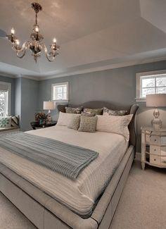 As cores neutras costumam ser as preferidas na hora de decorar o quarto. Além de não deixar o ambiente pesado, os tons mais básicos facilitam a escolha dos