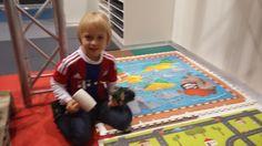 Hier spielt schon jemand auf den bunten Bodenfliesen für Kinderzimmer. Wichtig ist die Sicherheit- rutschfest, leicht dämpfend und trotzdem gut zu reinigen. Bunt, Kids Rugs, Home Decor, Flooring Tiles, Safety, Cleaning, Games, Ideas, Kid Friendly Rugs