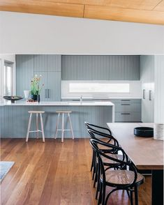 Color Inspiration: Modern kitchen with blue cabinets - Decoration Top Beach House Kitchens, Home Kitchens, Home Decor Kitchen, Interior Design Kitchen, Kitchen Ideas, Kitchen Decorations, Decorating Kitchen, Kitchen Trends, Modern Interior
