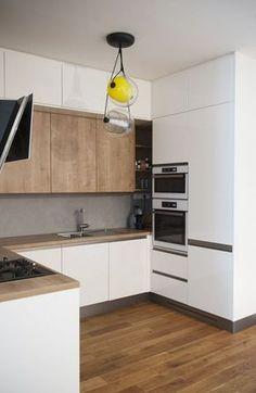 Bílá lakovaná kuchyně v kombinaci s dubem a betonovou stěrkou | Kuchyňský Poradce.cz