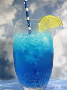 Ocean breeze cocktail 2 oz Coconut Rum 2 second count or Sprite 2 oz Blue Curacao Beach Drinks, Party Drinks, Cocktail Drinks, Cocktail Recipes, Virgin Mojito, Blue Curacao, Non Alcoholic Drinks, Cold Drinks, Energy Drinks
