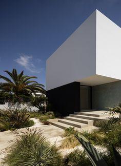 Villa Agava a Casablanca Architecte : Driss Kettani Paysagisme : Taller de Bertr. Minimalist Architecture, Contemporary Architecture, Design Exterior, Interior And Exterior, Villa, Residential Architecture, Interior Architecture, Ancient Architecture, Sustainable Architecture