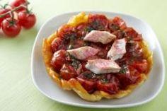 Tarte tatin aux tomates et aux rougets Ingrédients: 600g de tomates cerises, 30g de miel de fleur, 30g de parmesan, 1 petite botte de basilic... Préparation: laver les tomates et éplucher l'ail. Préparation du pesto: dans un mixer (blinder), mettre le basilic, l'ail épluché, les pignons, l'huile d'olive et le parmesan. Mixer le tout...