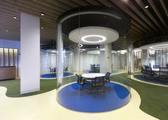 MVN Arquitectos has developed a new office space design for global insurance firm Aegon located in Madrid, Spain. From AEGON values borns a new conception Office Meeting, Meeting Rooms, Luxury Office, Office Space Design, Oval Table, Store Interiors, Cool Office, Architect Design, Commercial Interiors