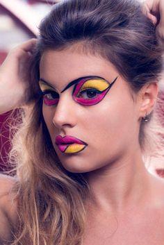 Foto close de Maquiagem artística em mulher, olhos e boca colorida, rosa e amarelo. Beleza por Polly Itacaramby
