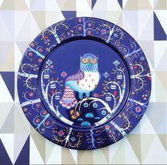 Тарелка TAIKA, 30см. Синяя. Дизайнер: Klaus Haapaniemi 2006  Качественный жароустойчивый прочный фарфор с долговечным эмалевым покрытием. Можно мыть в посудомоечной машине, разогревать пищу в микроволновой печи, ставить в духовку и морозильную камеру. Iittala, Финляндия. Stork, Plates, Tableware, Nest, Geometric Wallpaper, Wall Papers, Geometric Wall, Pictures, Licence Plates