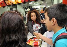 Embajadora Julissa Reynoso participó  como voluntaria del McDía Feliz, que organiza todos los años McDonalds en Montevideo. Todo lo recaudado por la venta de BigMacs ese día es donado a la casa Ronald McDonald, para la construcción de un centro asistencial.