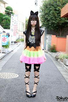 Cute Harajuku Girl w/ Big Hair Bow, Colorful Tulle Skirt & Denpa Necklace Japanese Streets, Japanese Street Fashion, Tokyo Fashion, Harajuku Fashion, Kawaii Fashion, Lolita Fashion, Cute Fashion, Korean Fashion, Harajuku Mode