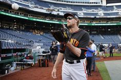 lincecumownsmyheart:  San Francisco Giants' Hunter Pence catches a ball during batting practice before the NL Wild Card Playoff baseball game against the Pittsburgh Pirates on Wednesday, Oct. 1, 2014, in Pittsburgh. (AP Photo/Gene Puskar)