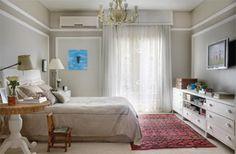 """A designer de interiores Paola Ribeiro alinhavou com todo o cuidado a decoração do espaço. Molduras brancas revelam uma leve inspiração francesa e valorizam as paredes, tingidas em duas gradações de um bege-acinzentado. """"A ideia era dar ao quarto uma atmosfera romântica"""", diz Paola."""