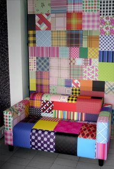 Papel de Parede Autocolante Personalizado e restauro de sofá com tecido também personalizado.  Home Decor. Couch. Wallpaper. Sofá Patchwork