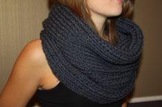 Un tricot fashion : le maxi-col Loom Knitting Scarf, Crochet Snood, Loom Scarf, Loom Knitting Projects, Knitted Hats, Knitting Patterns, Garnstudio Drops, Honeycomb Stitch, La Red