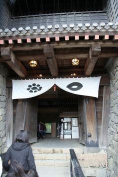 Kumamoto Castle Kumamoto Castle, Medieval Houses, Japanese Architecture, Environment Design, Shiro, Warfare, Samurai, Arms, Garden