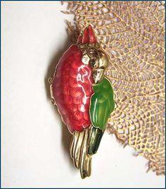 Solid Perfume Compact ESTEE LAUDER Designer Golden Parrot http://www.greatvintagejewelry.com/inc/sdetail/solid-perfume-compact--estee-lauder-designer-golden-parrot-/9014