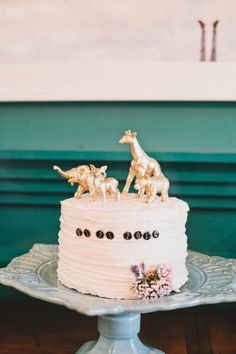 Cute, kitsch and very on trend right now, animal cake toppers are hugely popular for wedding cakes right now and they're really easy to DIY. Whimsical Wedding Cakes, Cool Wedding Cakes, Wedding Stuff, Purple Wedding Cupcakes, Safari Cakes, Jungle Cake, Animal Cupcakes, Love Cake, Shower Cakes