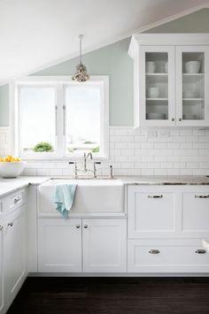 Cocina con los muebles y armarios pintados de blanco