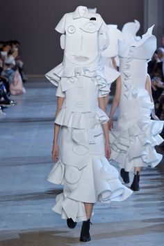 Viktor & Rolf Couture Spring 2016 photo: Giovanni Giannoni via: WWD Cubism Fashion, Arte Fashion, Fashion News, Runway Fashion, Fashion Trends, Weird Fashion, High Fashion, Fashion Show, Victor Rolf